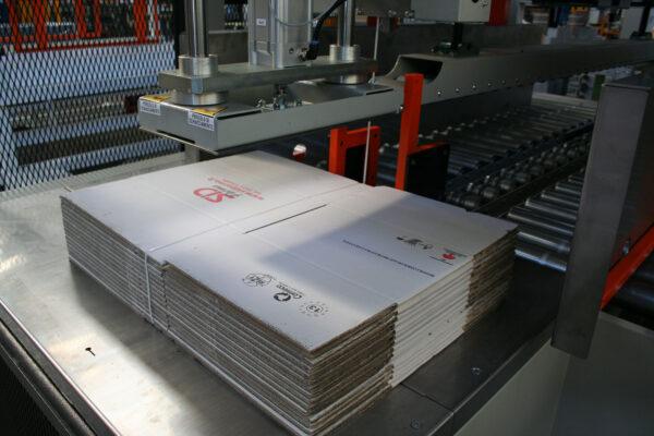Mașină pentru legat cu banda cutii vrac din carton LM 100-200