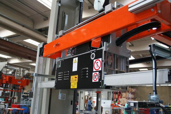 Maşină verticală de legat cu dispozitiv de schimbare LM 05AB