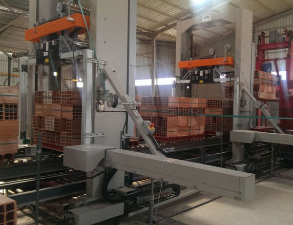 Vertical strapping machine with shifting device LM 05AB